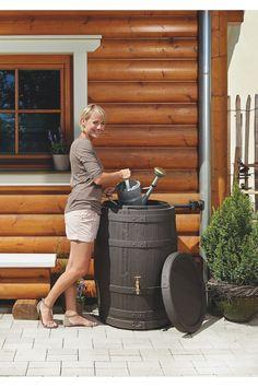 Zbiornik na deszczówkę BARRICA o charakterystycznym wyglądzie rustykalnej beczki sprawdzi się w każdym domku jednorodzinnym, na tarasie czy działce. To łatwy w instalacji pojemnik, wystarczy podpiąć go do rynny za pomocą rurki łączeniowej i czekać aż spadnie deszcz. Pojemność 420 litrów wystarczy na podlanie roślin w ogrodzie, kwiatów w Twoim domu, dodatkowo możesz wykorzystać zebraną deszczówkę do umycia podłogi, auta lub mebli ogrodowych.
