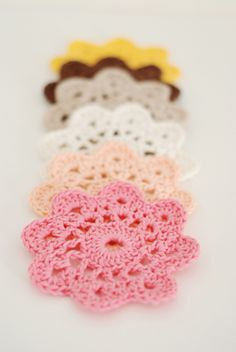 Cute crochet flowers.  I think it would be really cool to attach a bunch of these together for drapes in a little girl's room.