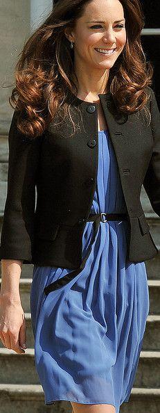 miren la princesa Kate usando un vestide de Zara, eso es para los huecos q aseguran q todo tiene q ser caro para verse bien! aprendan!