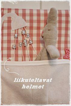 Bunny in the bath. Love the beads on string for shower. ripaus tunnelmaa: pehmoinen kirja