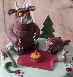 chocolate cake with chocolate filling decorated with the characters of the Gruffalo children's book. 2 Birthday Cake, Diy Birthday, 1st Birthday Parties, Gruffalo Party, The Gruffalo, Gruffalo's Child, Chocolate Filling, Chocolate Cake, Second Birthday Ideas