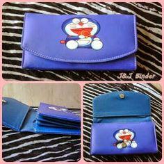 Nama  Produk : Dompet Doraemon Dorayaki Harga : 50rb Ukuran   : 20cmx35cm Bahan : Kulit Sintetis Bentuk Dompet : Lipat 3 ,1 slotfoto, 3 slotcard
