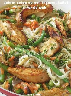 Warm salad with chicken, vegetables and sauce noodles Warm Salad, Romanian Food, Romanian Recipes, Good Food, Yummy Food, 30 Minute Meals, Chicken Salad, Wok, Casserole
