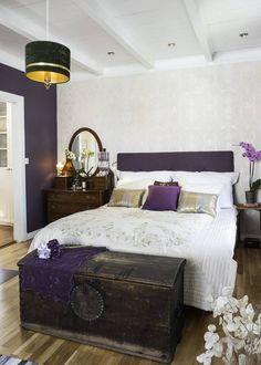 KONTRASTFYLT: På soverommet er den ene veggen malt i mørk aubergine, en fin kontrast til tapetet fra Storeysr. Taklampen er et bruktfunn, mens kisten sto på loftet da eierne flyttet inn. Sminkebordet er fra Fretex.