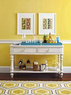 Консольный столик может быть самых разных стилей, форм и размеров, но всегда небольшой ширины (т.е. узкий). Эта главная особенность конструкции делает его незаменимым в малогаборитных помещениях: коридорах, прихожих, под лестницами, а также там, где требуется создать декоративный уголок и сделать интерьер более уютным.