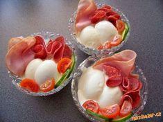 Vlašský salát- 250g vařených brambor,250g šunkového salámu,150g kyselých okurek,80g cibule,100g jabl...