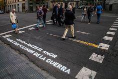 Los misteriosos versos que han aparecido en el suelo de Madrid | Verne EL PAÍS