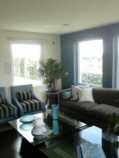 Sala frente al mar en tonos grises morados y verdes por for Sala gris con turquesa