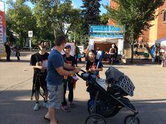 2014.8.23 거리 홍보 중. 공연 못 보는 생후 6개월 된 아이에게 홍보하는 중 ㅋㅋ
