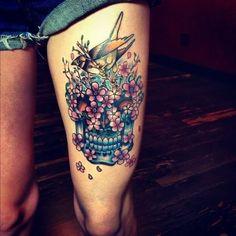 Idée de tattoo tête de mort mexicaine sur la cuisse avec un oiseau