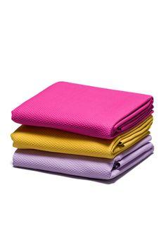 Glow on the go with our colorful travel-sized yoga mat. / Rayonnez partout grâce au tapis de yoga coloré format voyage!