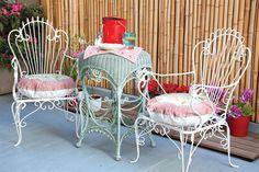 Deco al aire libre  Las sillas de hierro vintage se consiguen en el Mercado de las Pulgas a $800.         Foto:Producción de Yamila bortnik. fotos de Magalí Saberian.