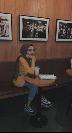 Best Mehndi Designs, Arab Girls, Food Snapchat, Photography Poses Women, Girls Selfies, Hijab Outfit, Hijab Fashion, Beauty Makeup, Nyc