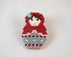Broche Matriochka en perles Miyuki ★ rouge et violet