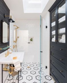 Classic black and white bathroom with a modern twist