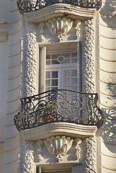 Paris balcony - so elegant. Art Deco, Art Nouveau, Architecture Cool, Belle Villa, Paris Apartments, Balcony Design, Architectural Elements, Beautiful Buildings, Windows And Doors