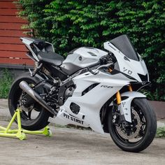 I have a weak spot for white bikes. Yamaha R6, Moto Ducati, Yamaha Motorcycles, Custom Motorcycles, Futuristic Motorcycle, Motorcycle Bike, Custom Sport Bikes, Power Bike, Bike Photography