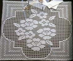Filet crochet lace flower bouquet doily or square block ~~ crochet em revista: Toalhinha