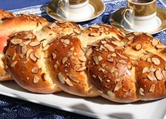 This tsoureki recipe, a sweet yeast bread made of eggs, milk, and butter, is a staple during Greek Easter. Top Recipes, Greek Recipes, Tsoureki Recipe, Greek Easter Bread, Ground Beef Recipes For Dinner, Good Food, Yummy Food, Chicken Thigh Recipes, Recipe Sites