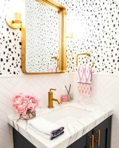 Obsessed with this modern powder room perfection featuring @caitlinwilsondesign wallpaper! | Design by @thedecordetective | Photography: @hop_studio