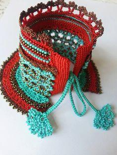 manchette bracelets pour femmes, freeform crochet manchette - bracelet avec fleurs de perles au crochet et dentelle crochet bleu par elegantaccessoryshop sur Etsy https://www.etsy.com/fr/listing/237149983/manchette-bracelets-pour-femmes-freeform