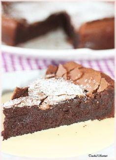 Essai Que vous dire à part que c'est une merveille...sous une croûte finement craquante se cache un gâteau au chocolat terriblement fondant et léger en bouche ! Il contient très peu de farine et les blancs sont battus en neige très fermes avec du sucre...c'est...
