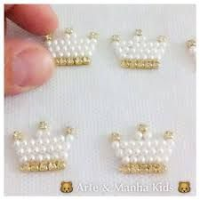 Imagem relacionada Pebble Painting, Diy Accessories, Crochet For Kids, Flower Brooch, Hair Bows, Bobby Pins, Diy And Crafts, Stud Earrings, Dolls