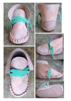 Donsje heeft niet alleen geborduurde jurkjes en zachten lakentjes. Ook hebben wij leren schoentjes! #babyschoentjes