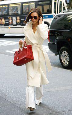 victoria beckham cappotto bianco lungo con cintura in vita