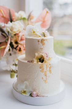 Fabulous white and gold leaf wedding cake topped with flowers by Jubel See more of these Major Weddi Wedding Cake Prices, Purple Wedding Cakes, Elegant Wedding Cakes, Beautiful Wedding Cakes, Wedding Cupcakes, Wedding Cake Toppers, Beautiful Cakes, Burgundy Wedding, Gold Color Palettes