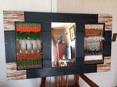 Telar Decorativo con espejo 1.20 x70 cms Decoupage, Art Textile, Loom Weaving, Wine Rack, Arts And Crafts, Textiles, Tapestry, Furniture, Craft Ideas