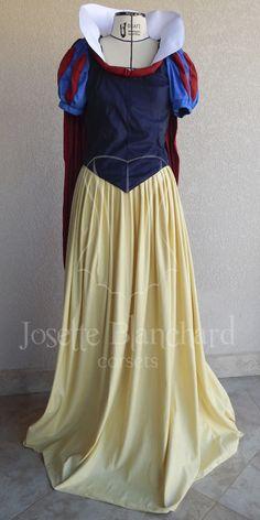 Vestido Branca de Neve com capa removível, em camurça nas cores amarela, azul marinho, azul royal e vermelho escuro e algodão branco.  Site: http://www.josetteblanchardcorsets.com/ Facebook: https://www.facebook.com/JosetteBlanchardCorsets/ Email: josetteblanchardcorsets@gmail.com josetteblanchardcorsets@hotmail.com