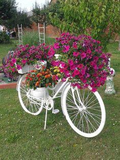 31 stunning spring garden ideas for front yard and backyard landscaping 1 Garden Planters, Garden Beds, Garden Art, Diy Garden, Shade Garden, Garden Edging, Flower Planters, Small Front Yard Landscaping, Backyard Landscaping
