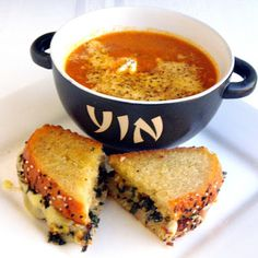 tomato bisque and gruyere grilled cheese sammy Baby Food Recipes, Soup Recipes, Tomato Soup From Scratch, Tomato Bisque, Bisque Soup, Good Food, Yummy Food, Western Food, Bon Appetit