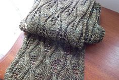 Dejligt tørklæde, der kan varieres i længde og bredde. Det kan sys sammen til en halsvarmer. Det er ret let at strikke. Her i uld/silke/chasmere på pinde 4. Læs mere ...