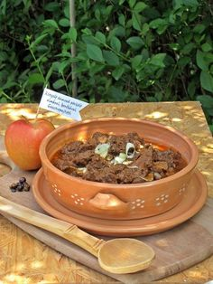 Rétegelt vadpörkölt almával Goulash, Planter Pots, Food And Drink, Cook Books, Desk, Meals, Dishes, Cooking, Recipes