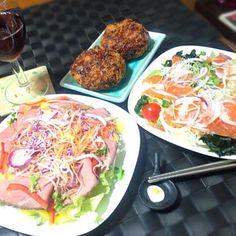 本日の深夜の晩餐 お酒はタップリ飲んで帰宅したので たくさん食べて寝る〜☆〜(ゝ。∂) - 77件のもぐもぐ - ローストビーフ&サーモンカルパッチョ&キャベツメンチカツ by manilalaki