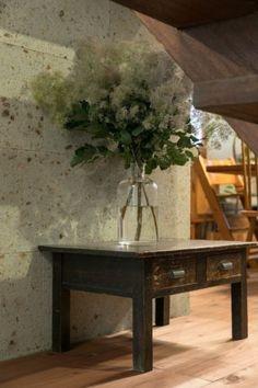 古家具と大谷石とスモークツリーが美しい。「花はこの家に越してからよく飾るようになりました」とひろみさん。 Table Flowers, Flower Vases, Flower Wall, My Home Design, House Design, Table Setting Design, Plants In Bottles, Smoke Tree, Japanese Style House