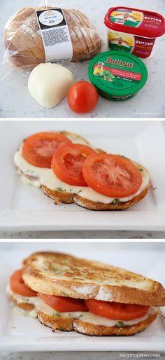Sándwich caprese relleno con mozzarella fresca, tomate y pesto de albahaca.