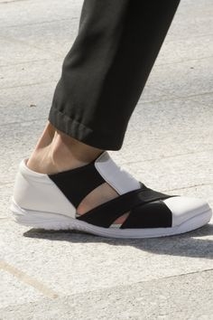 Issey Miyake Spring 2018 Men's Fashion Show Details - The Impression Men Fashion Show, Fashion Shoes, Mens Fashion, Me Too Shoes, Shoe Boots, Shoes Sandals, Flat Shoes, Comfortable Sneakers, Issey Miyake