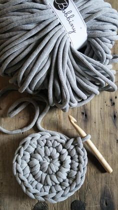 Drewniany stołek z pokrowcem dzierganym ręcznie z grubego bawełnianego sznura. Pokrowiec jest zdejmowany i można go prać w pralce #stołek #dziergany #dziergane #naszydełku #szydełkowane #szydełkowe #sznurek #bawełniany #zesznurka #drewniany #dzianienawygonie #siedliskonawygonie #rękodzieło #ręcznie #robione #handmade #cotton #bobbiny