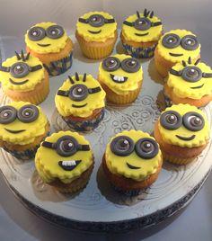 Minion cupcakes (verschrikkelijke ikke). Gevuld met aardbeienjam en een toef botercrememix met witte chocolade, geel gekleurd. / Dispicable me cupcakes.