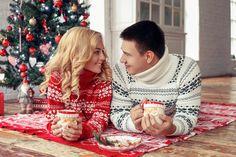 Новогодняя фотосессия в студии в Москве — удачная возможность сплотить всю семью и запечатлеть душевные и трогательные кадры. Christmas Pictures Outfits, Family Christmas Pictures, Christmas Couple, Winter Christmas Gifts, Christmas Sweaters, Xmas, Christmas Photography Couples, Birthday Gifts For Boyfriend Diy, Couple Pajamas
