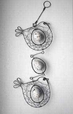 Závěs s ptáčky a vajíčkem Závěs je zhotoven z černého žíhaného drátu, který je ozdoben křepelčími vajíčky. Délka závěsu je cca 47cm avelikost ptáčků je cca 12x10cm. Můžete ho zavěsit na okno, lustr a kdekoliv, kde chcete mít kousek sluníčka ajara.