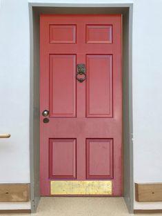 """Senioren . Meine Alte Haustür  Alte Menschen, die umziehen in ein Seniorenheim, haben oft große Probleme sich in einer neuen Heimat wohl zu fühlen. Für Menschen mit Demenz ist das noch bedeutend schwieriger, da die neue Umgebung ihnen keine oder wenig bekannte Anhaltspunkte bietet. Die Chancen werden größer, wenn sie mit Gegenständen ihres Vertrauens umgeben sind. Eine von den hier aufgezeigten """"Meine alte Haustür"""" kann helfen, diese Barriere zu überwinden. Tall Cabinet Storage, Fashion Inspiration, Home Decor, Dementia, Environment, People, Scale Model, Decoration Home, Room Decor"""