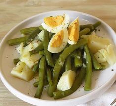 Judías verdes con patatas y huevo duro al vapor, con Thermomix® , una receta de Cocción en varoma, elaborada por MILA MORENO SOLSONA. Descubre las mejores recetas de Blogosfera Thermomix® Barcelona Healthy Life, Healthy Eating, Salad Dressing, Asparagus, Green Beans, Potato Salad, Food And Drink, Lunch, Healthy Recipes