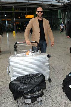 Jason Statham et sa valise rigide Rimowa ! Une valise grand format pour le transporteur. Mais qu'y a-t-il dedans ?
