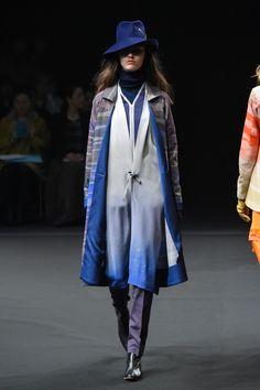 まとふ(matohu)が東京・六本木で2016年秋冬コレクションを発表した。今シーズンのテーマは「おぼろ」。儚げだが、強さを心に秘めたミステリアスな女性像を描いたとデザイナーの堀畑裕之は語った。ショー...