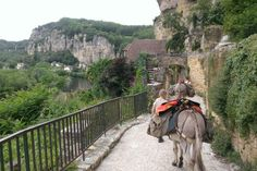 Eselwandern in Frankreich: Ultra-slow durch die Dordogne / La Roque-Gageac