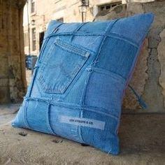 hihetetlen ötlet a megunt farmeredre kuka helyett – Rapid Design Patchwork Cushion, Denim Patchwork, Denim Furniture, Denim Scraps, Denim Rug, Jean Crafts, Memory Pillows, Denim Ideas, Old Jeans